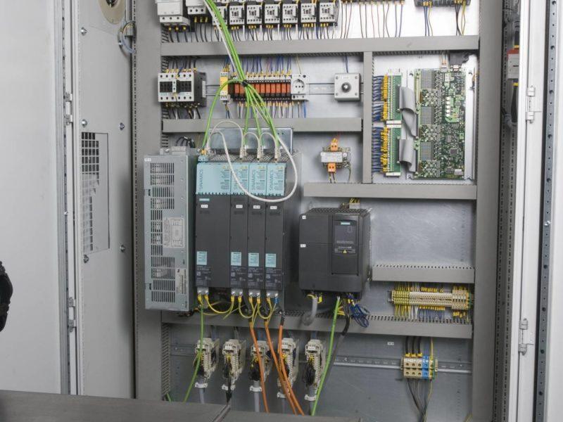 Detail elektrické rozvodné skříně obráběcího stroje (brusky) BUB E CNC FERMAT Machine Tool