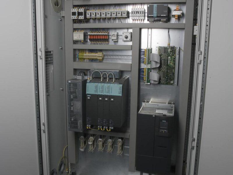 Detail elektrické rozvodné skříně obráběcího stroje (brusky) BUC E CNC FERMAT Machine Tool